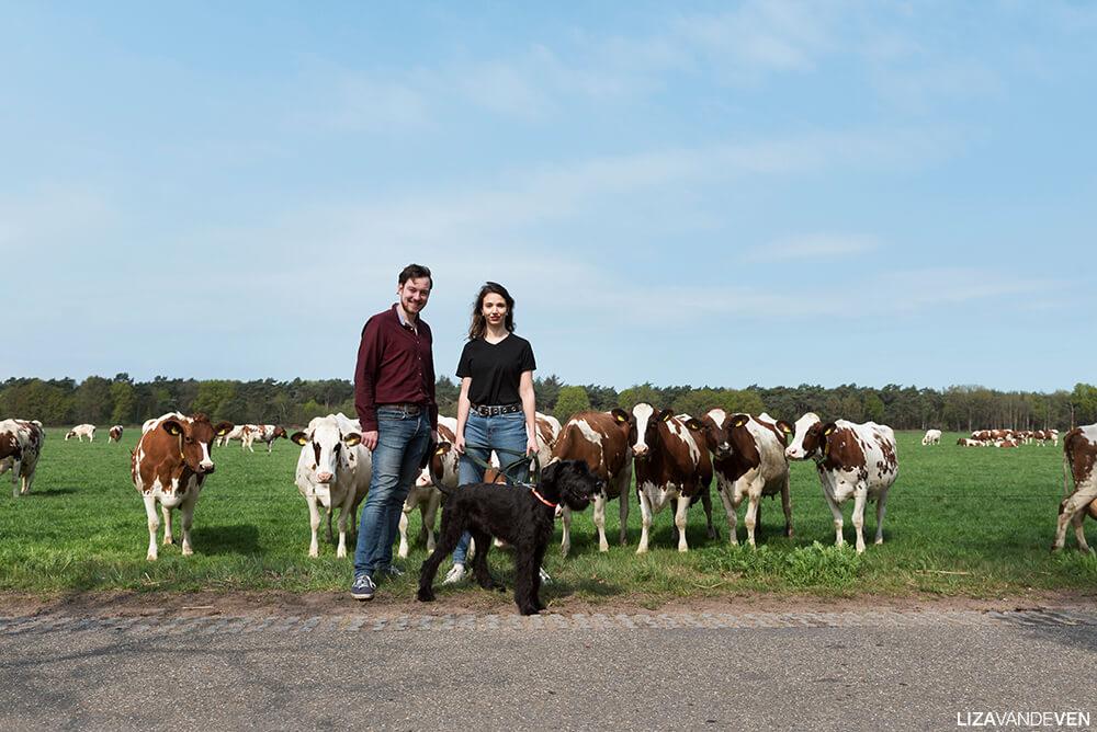 Mark en Gaelle met Reina bij de koeien