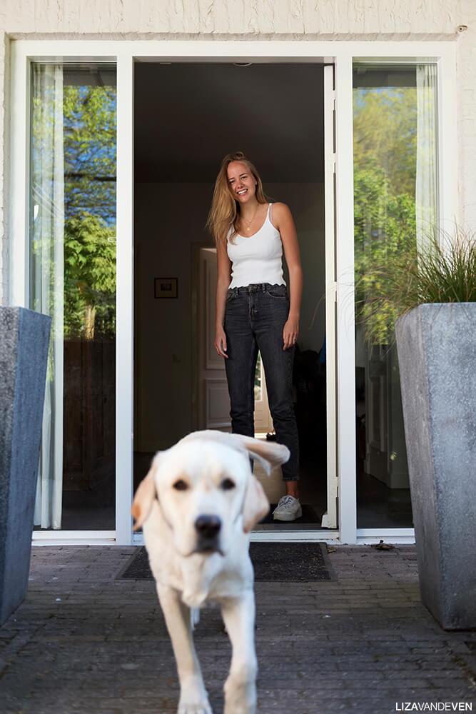 Philine in de deuropening met hond beer