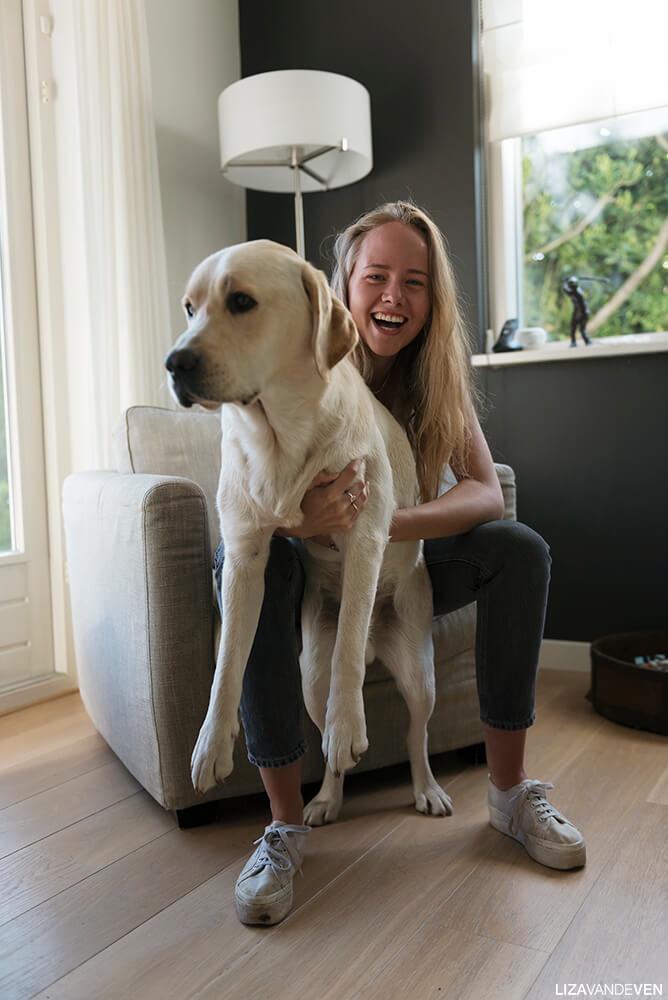 Philine in de stoel met hond Beer
