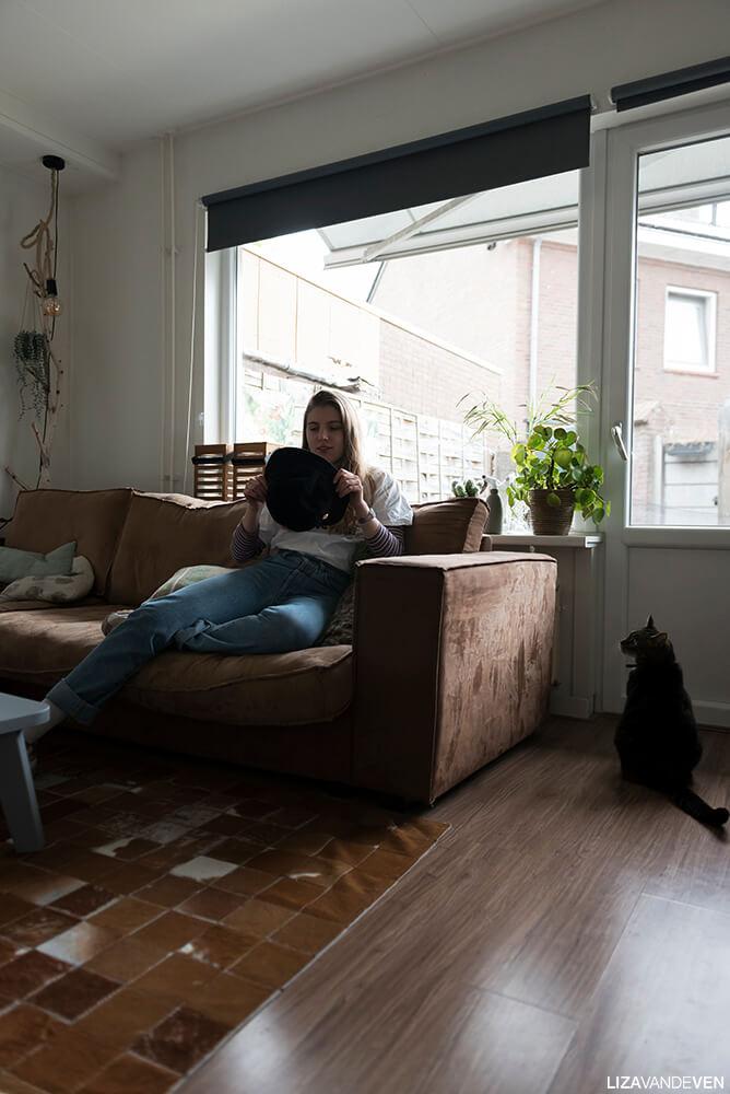 Rosan met haar kat in de woonkamer