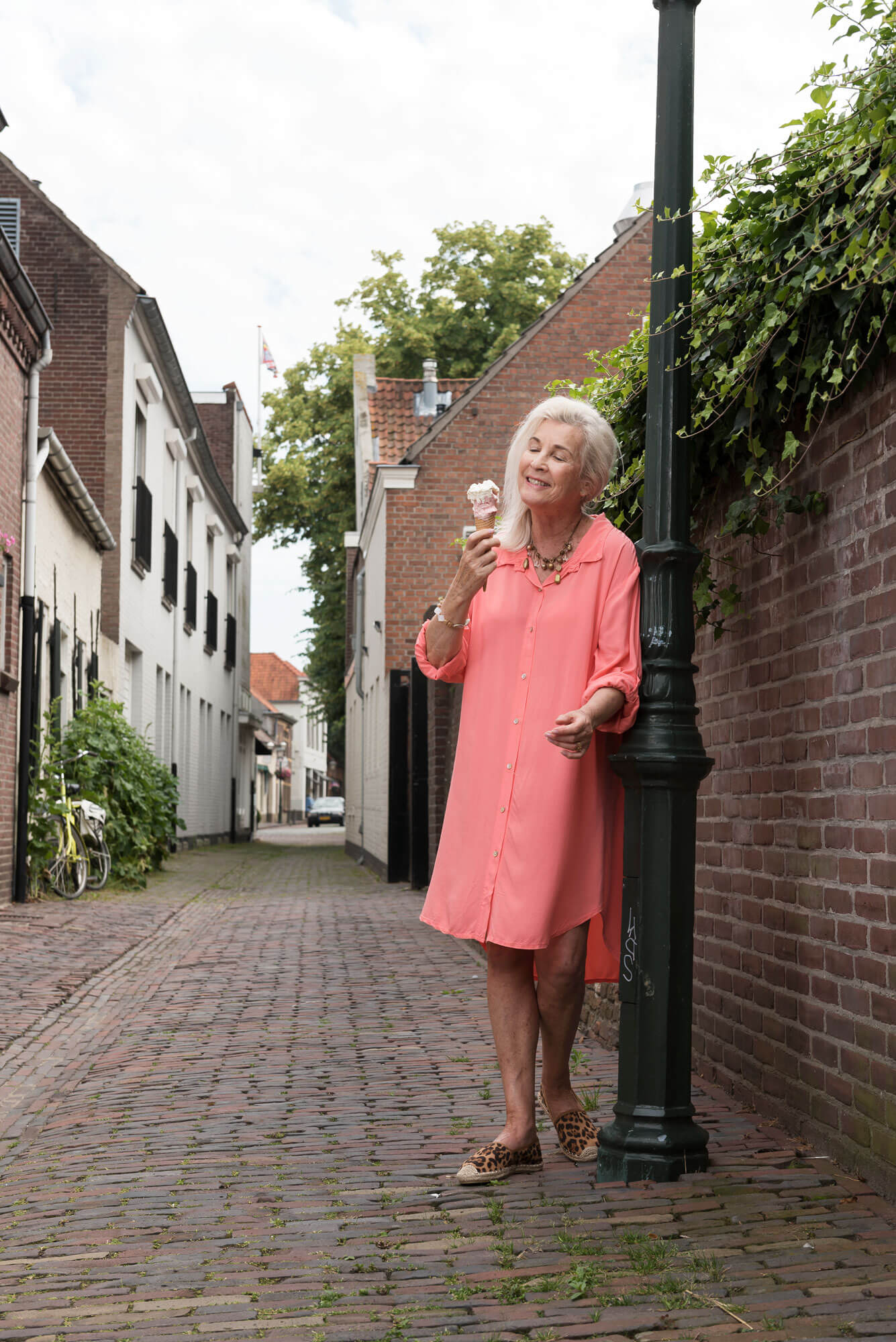 Roze jurk met ijs in straat Oirschot