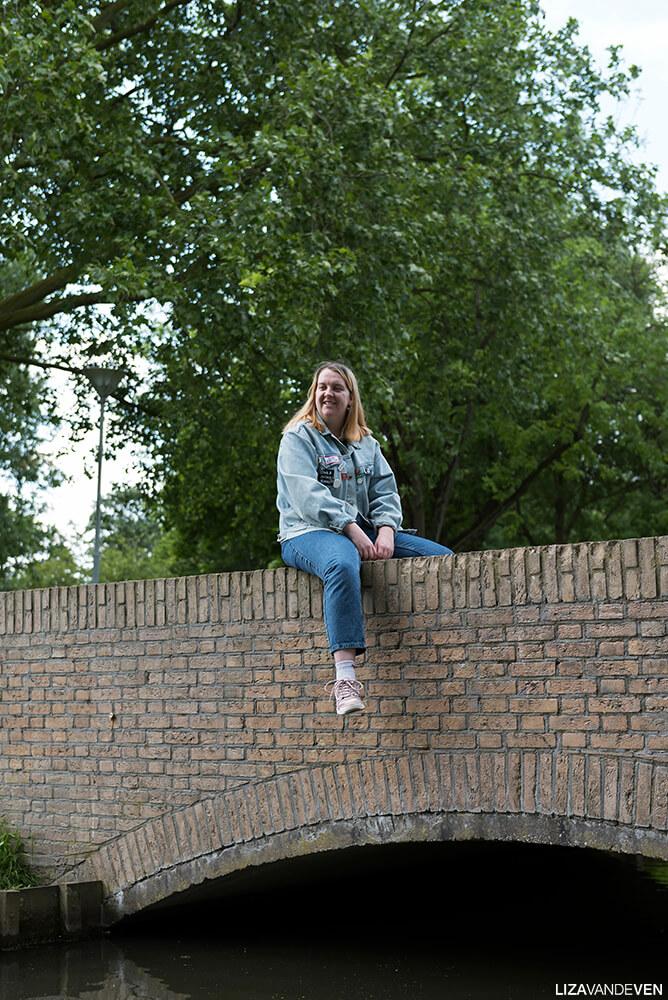 Cheyenne op een brug in het park