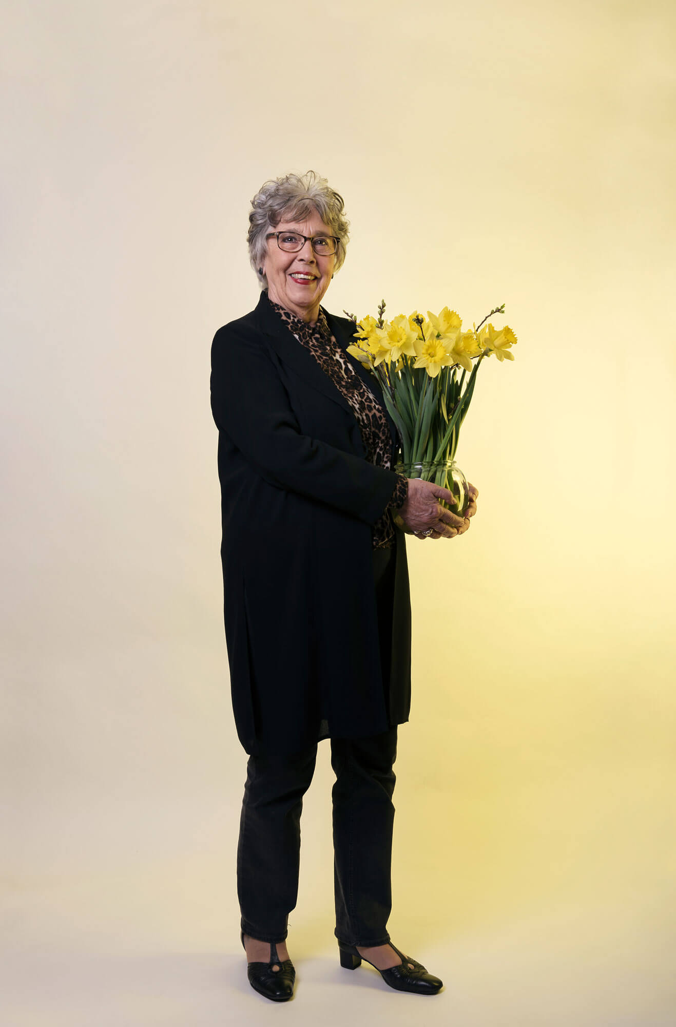 Corrie laat haar favoriete bloemen narcissen zien in een vaas