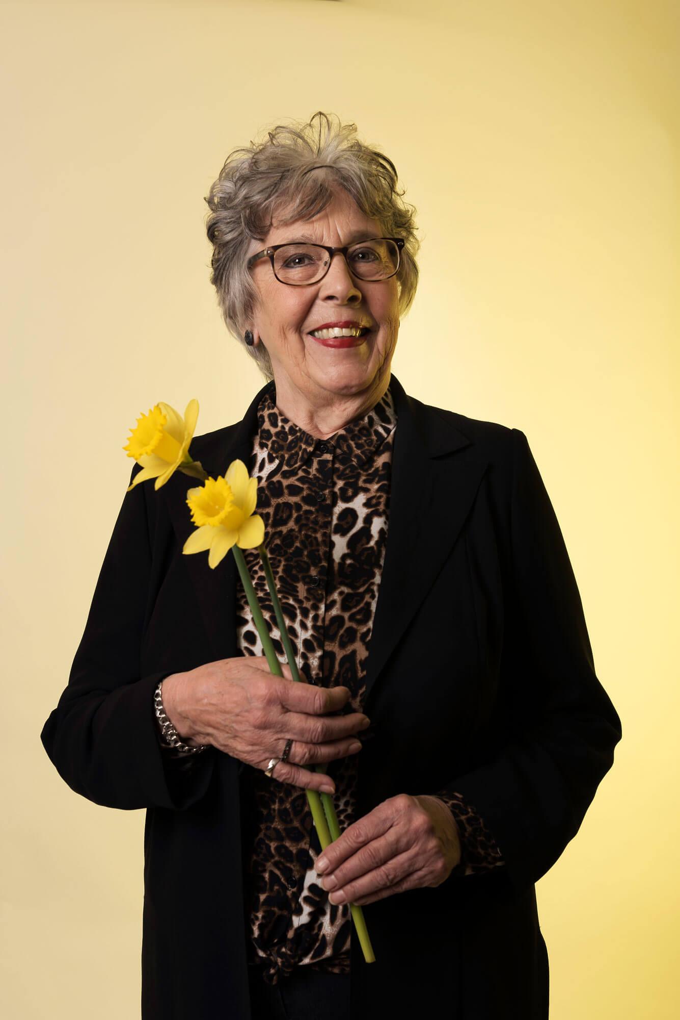 Corrie met haar favoriete bloemen, de narcis voor meaning of meaning