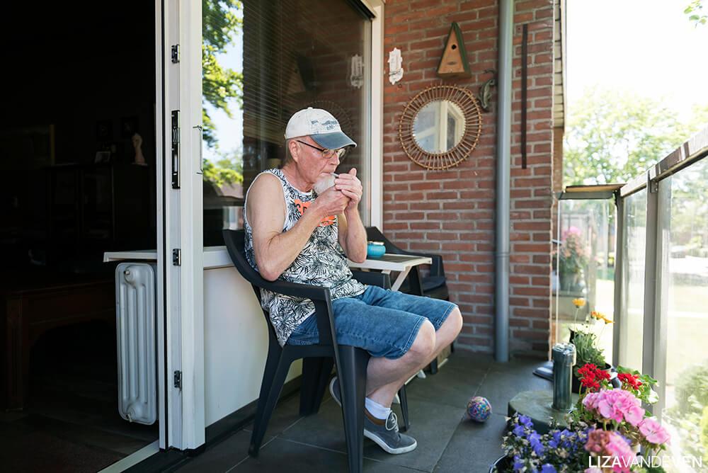 Guus Soetens steekt een sjekkie aan op zijn balkon