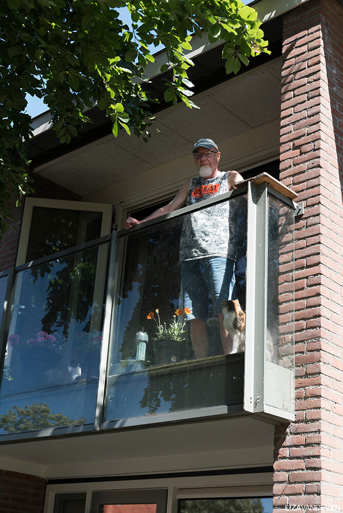 Guus Soetens op het balkon met zijn katten