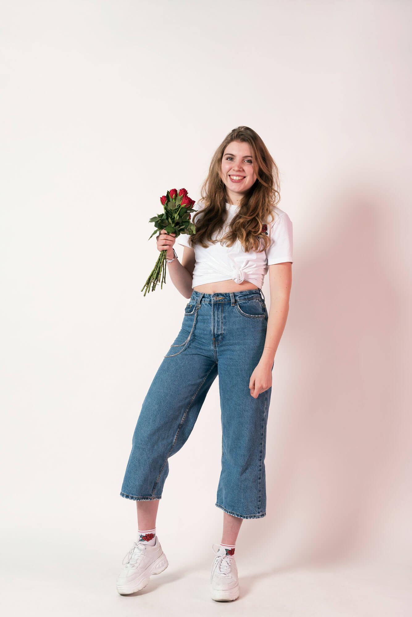 Rosan met haar favoriete bloem, de roos voor meaning of meaning