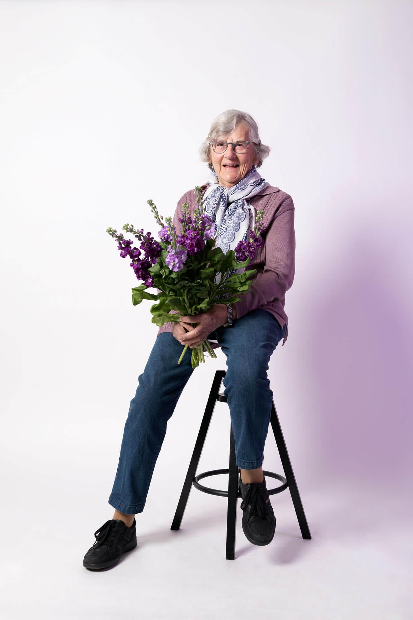 Trees op een kruk met haar favoriete bloemen de violier voor meaning of meaning
