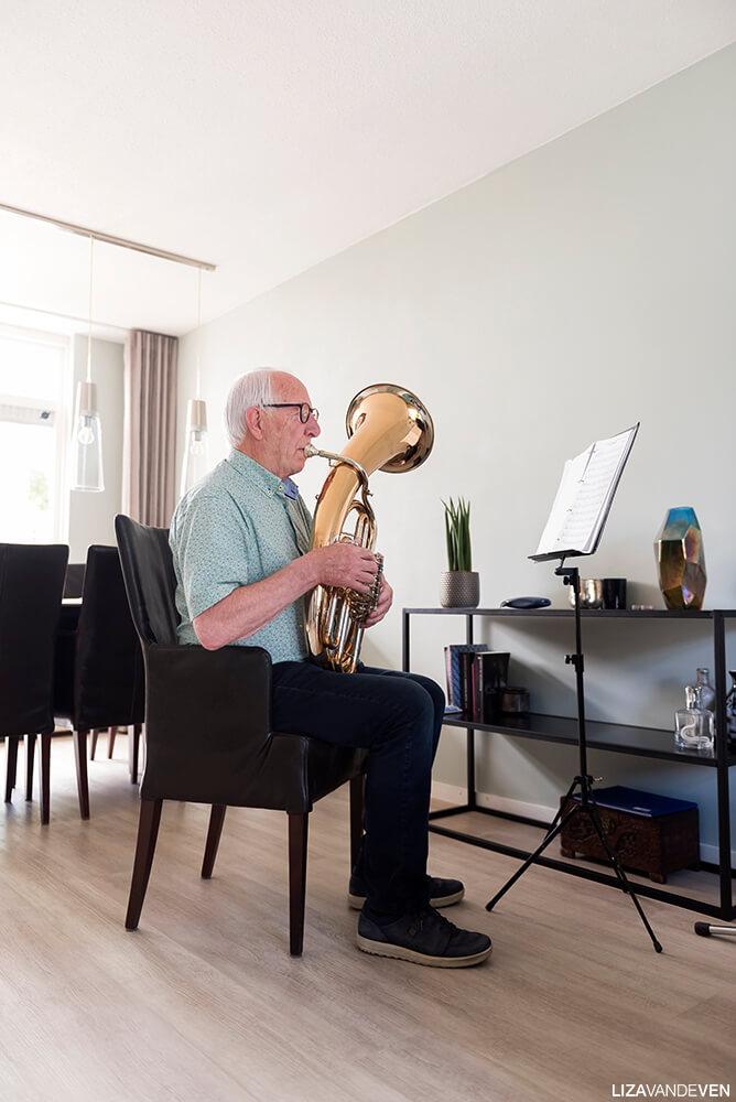 Rudolf, muziekmakend in zijn woonkamer