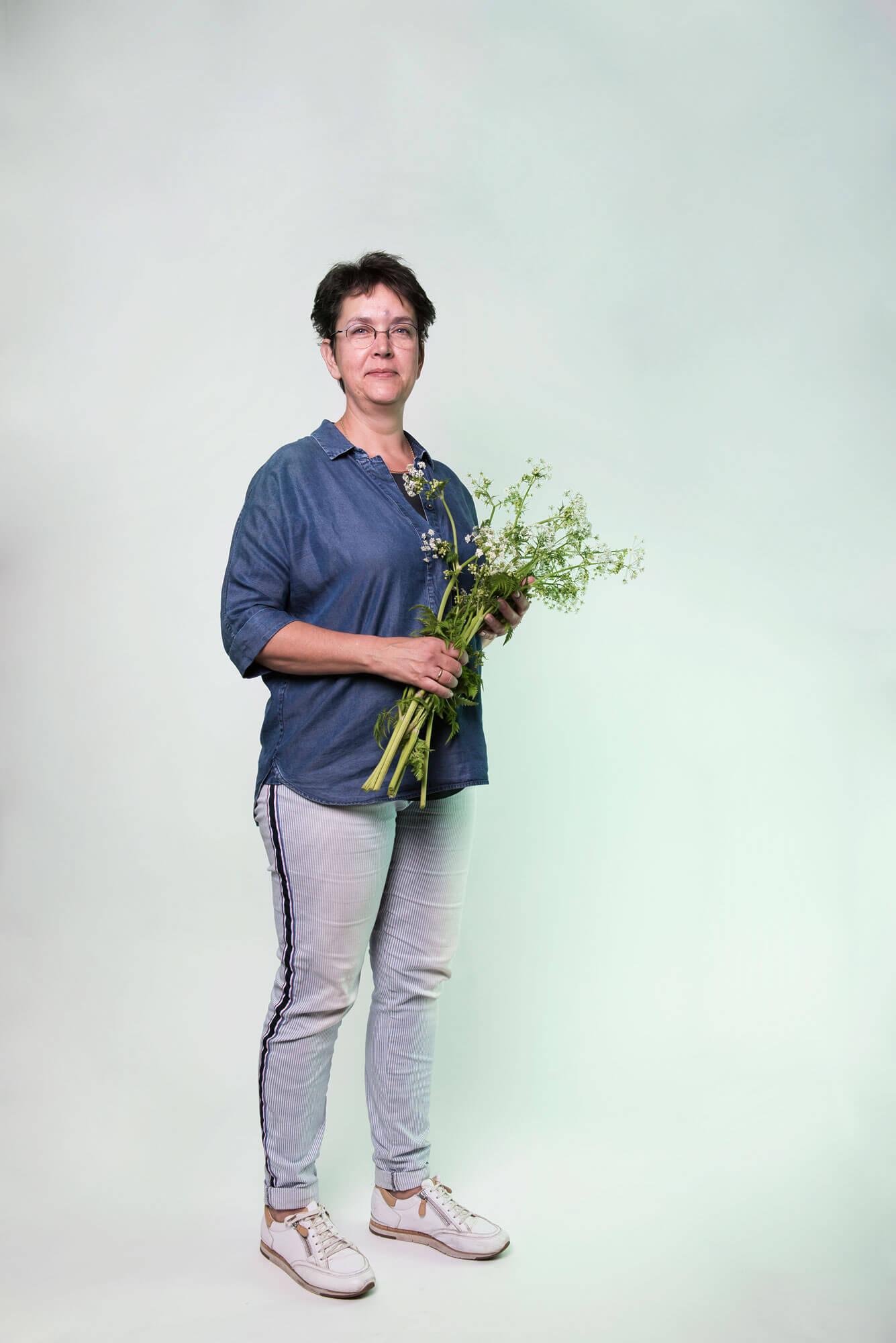 Tineke met bosje bloemen