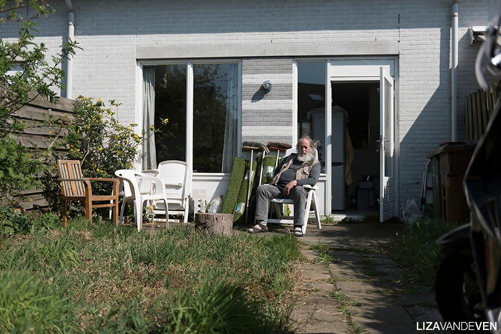 Prasadam in zijn achtertuin.