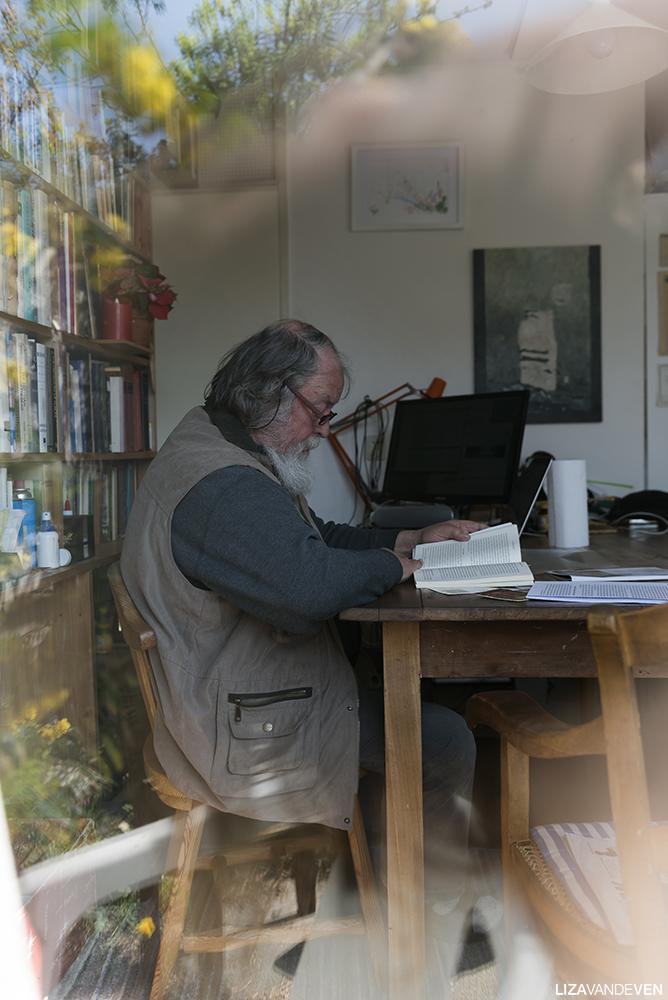 Prasadam op zijn werkplek thuis, voor zijn boekenkast.