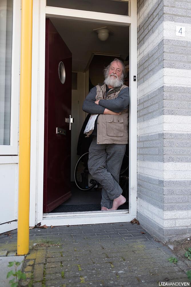 Prasadam, staand in de deuropening.