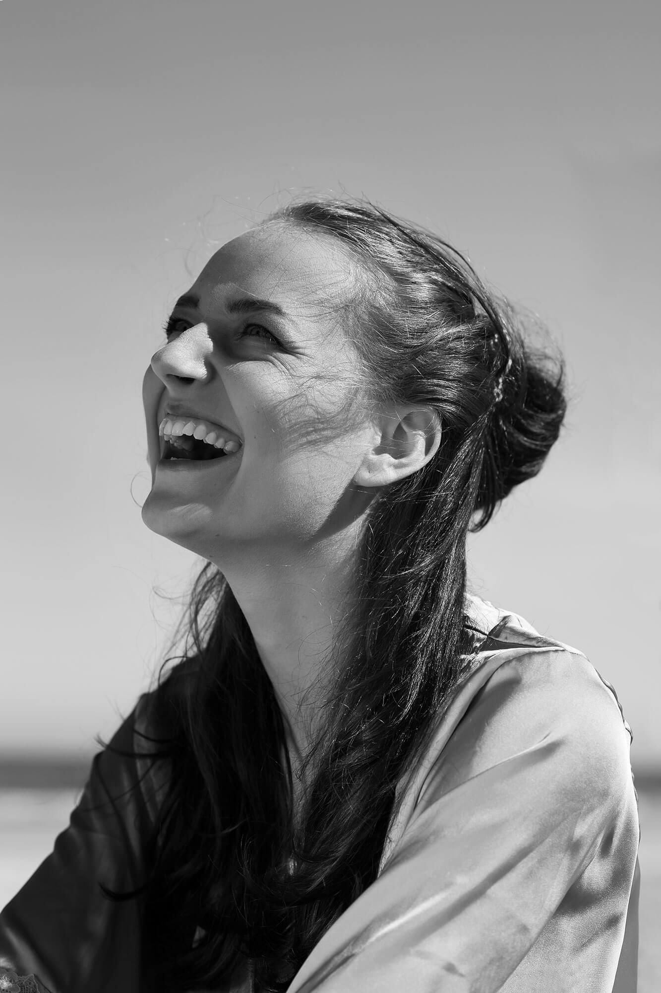 beach day lachend portret zwart wit