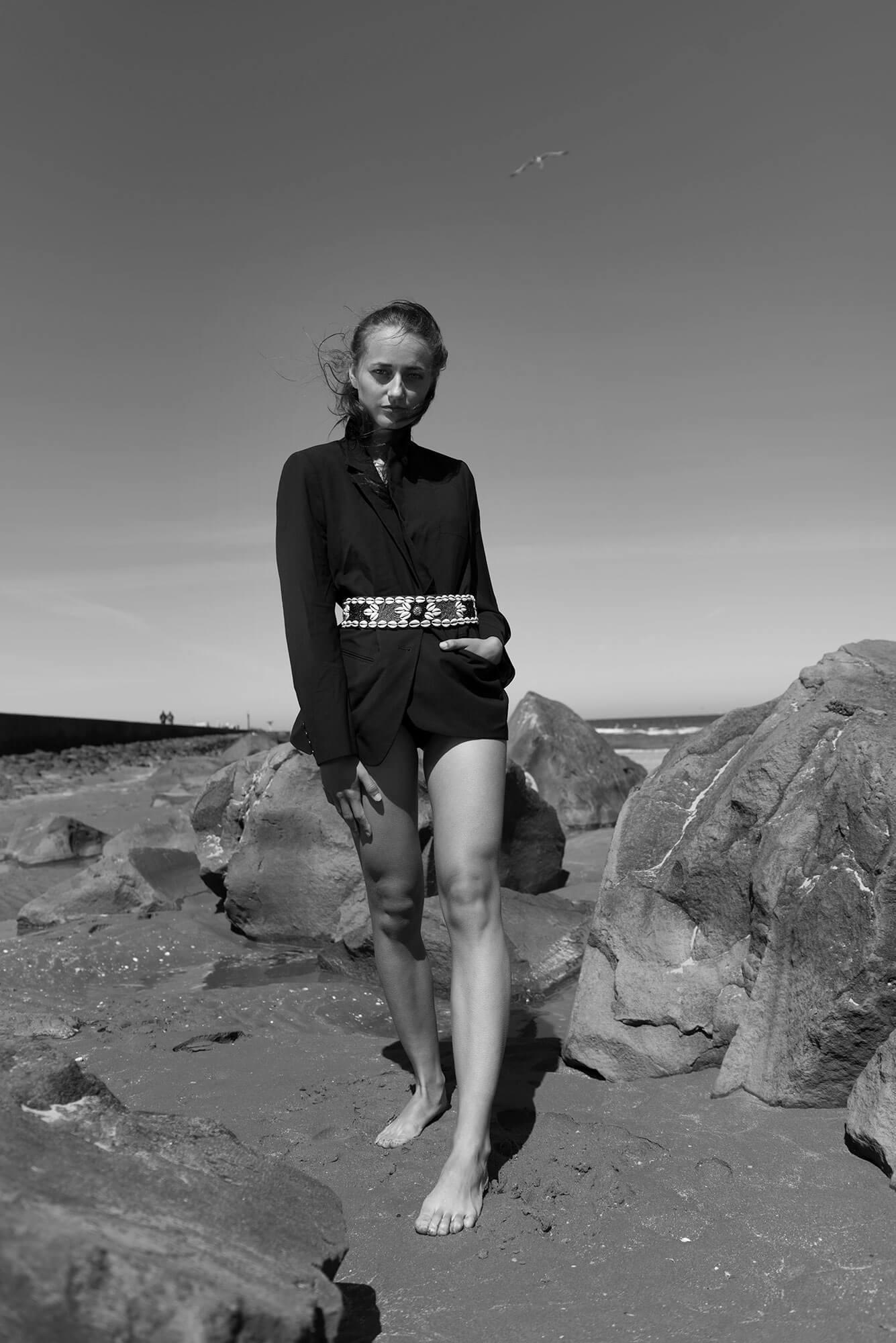 Full body portret beach zwart wit