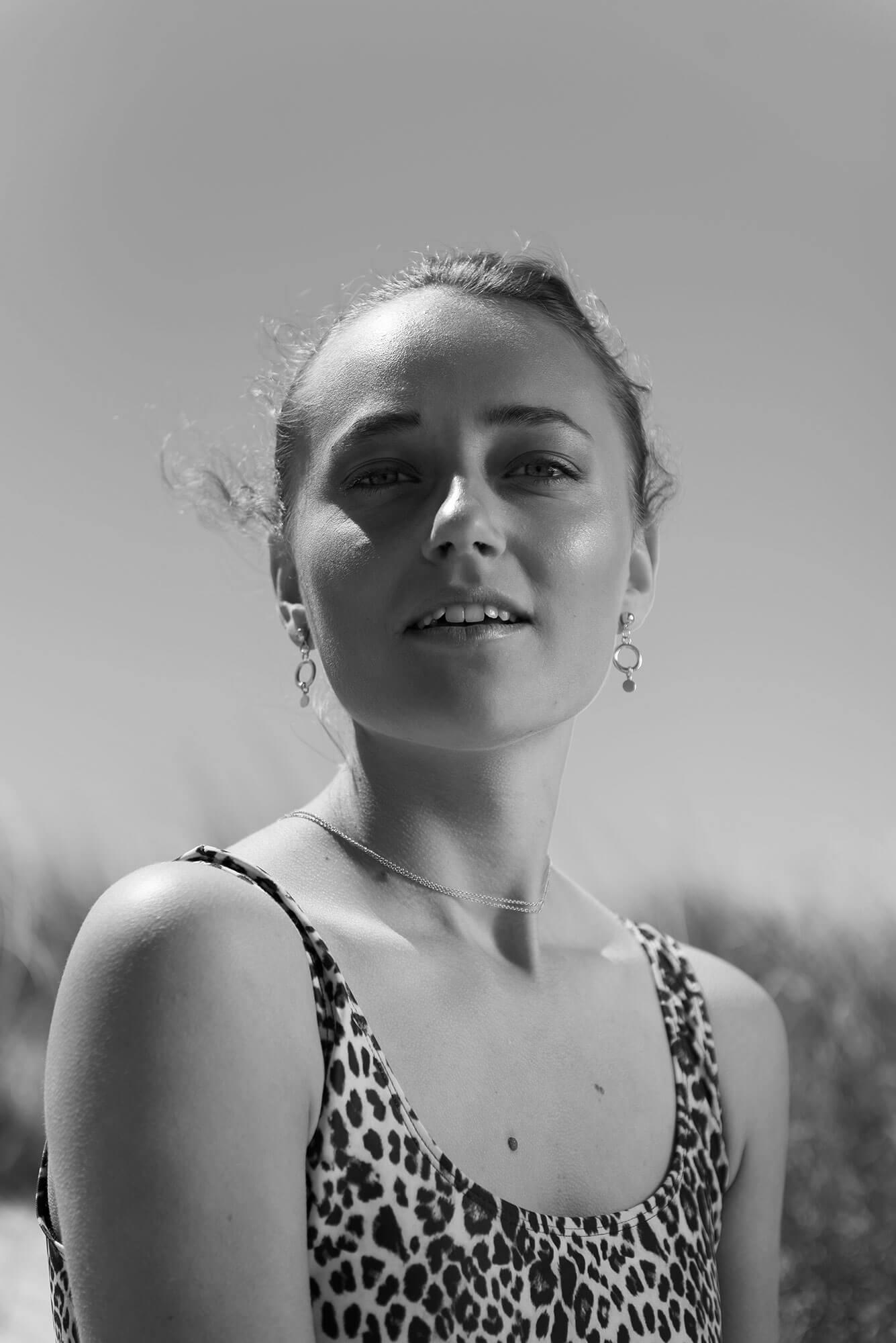 Portret Demi beach Day
