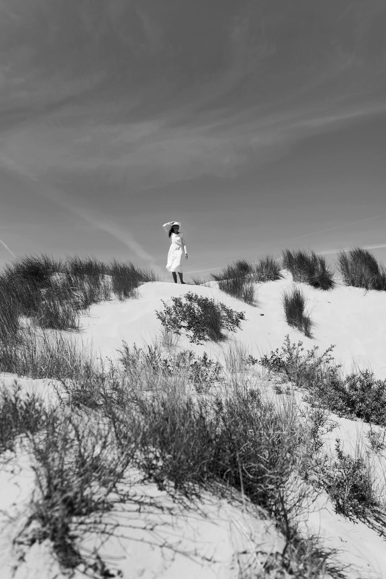 Duinen strand hoed zomer zwart wit