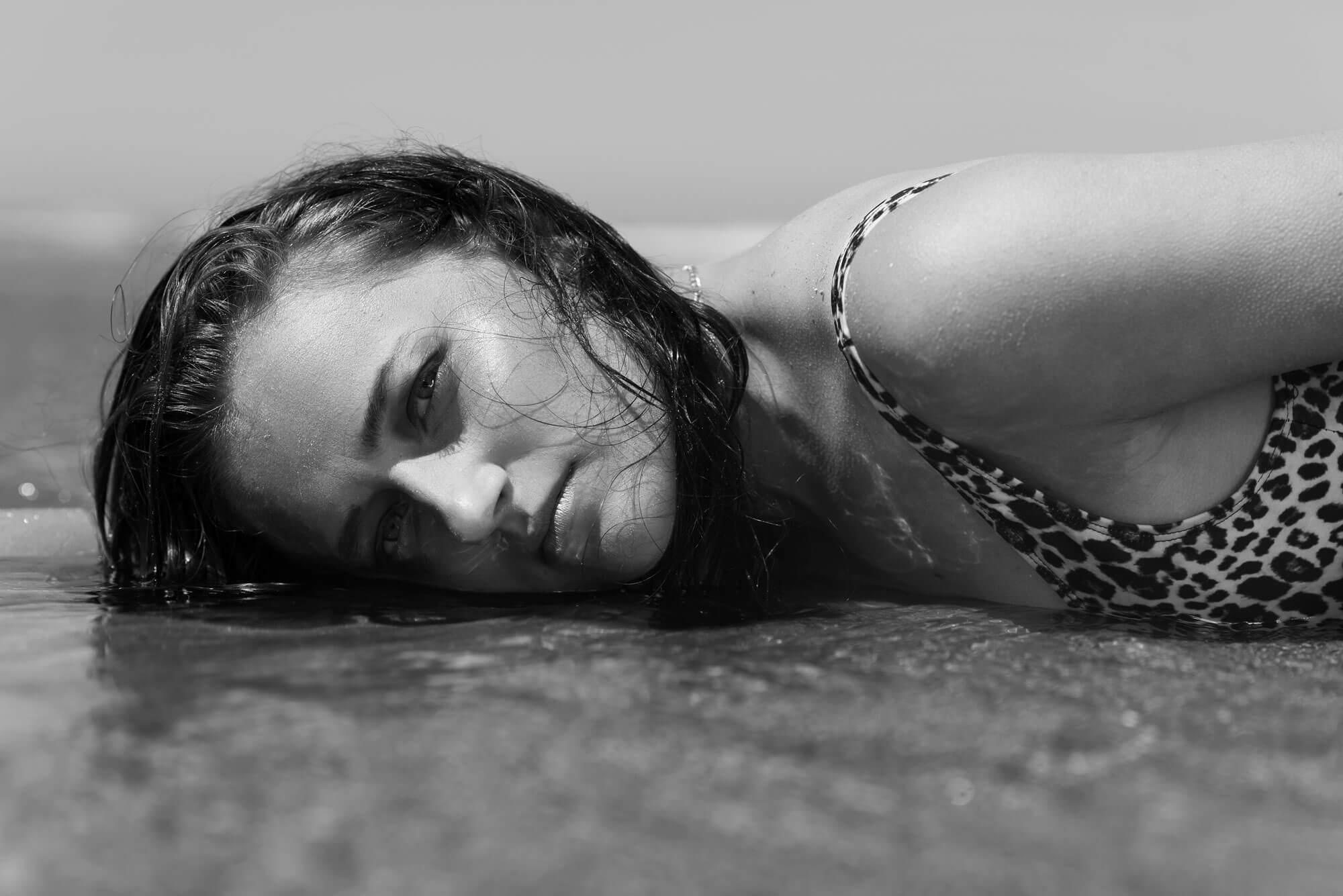 Portret model editorial in de zee