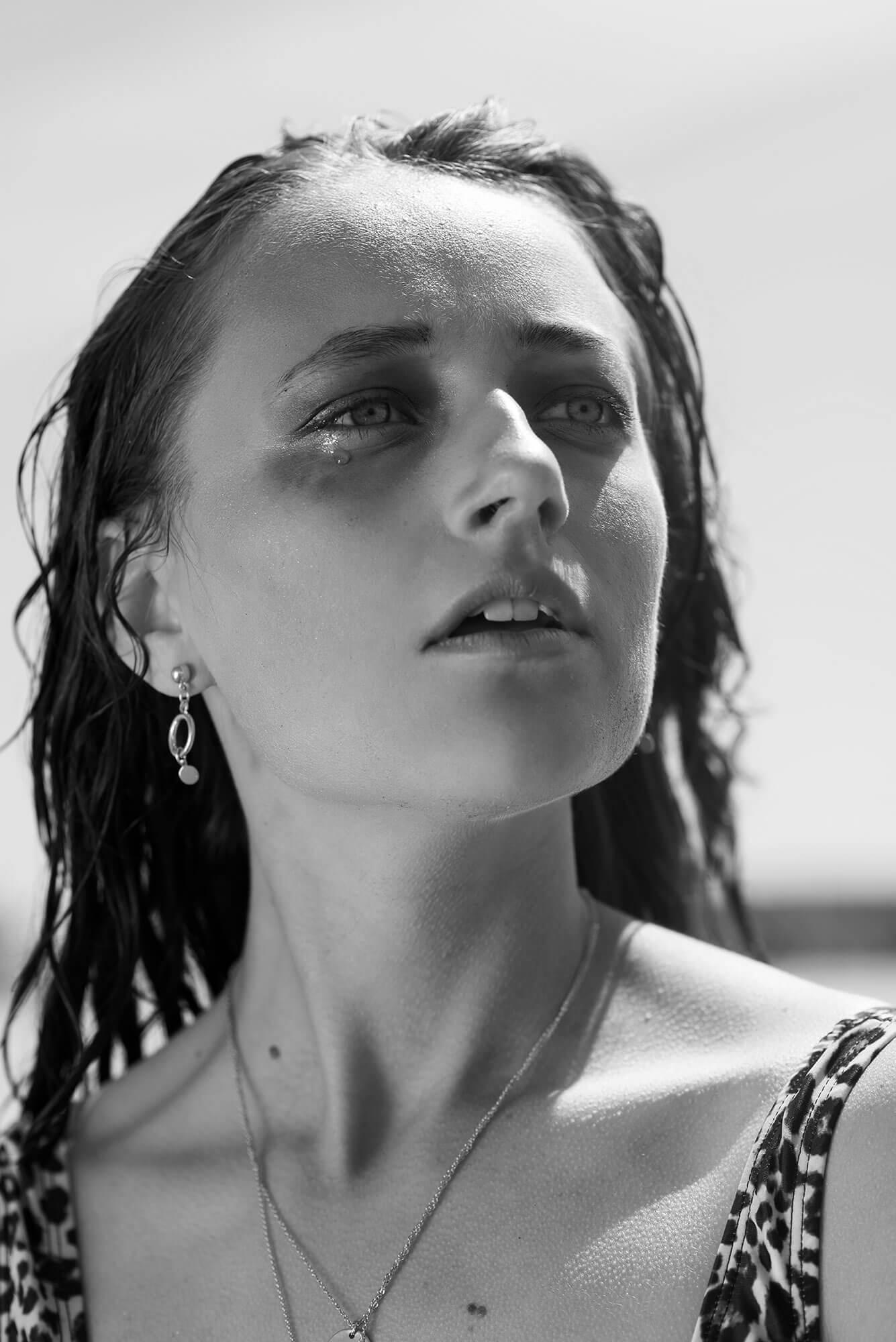 Close up portret model sieraden strand zwart wit