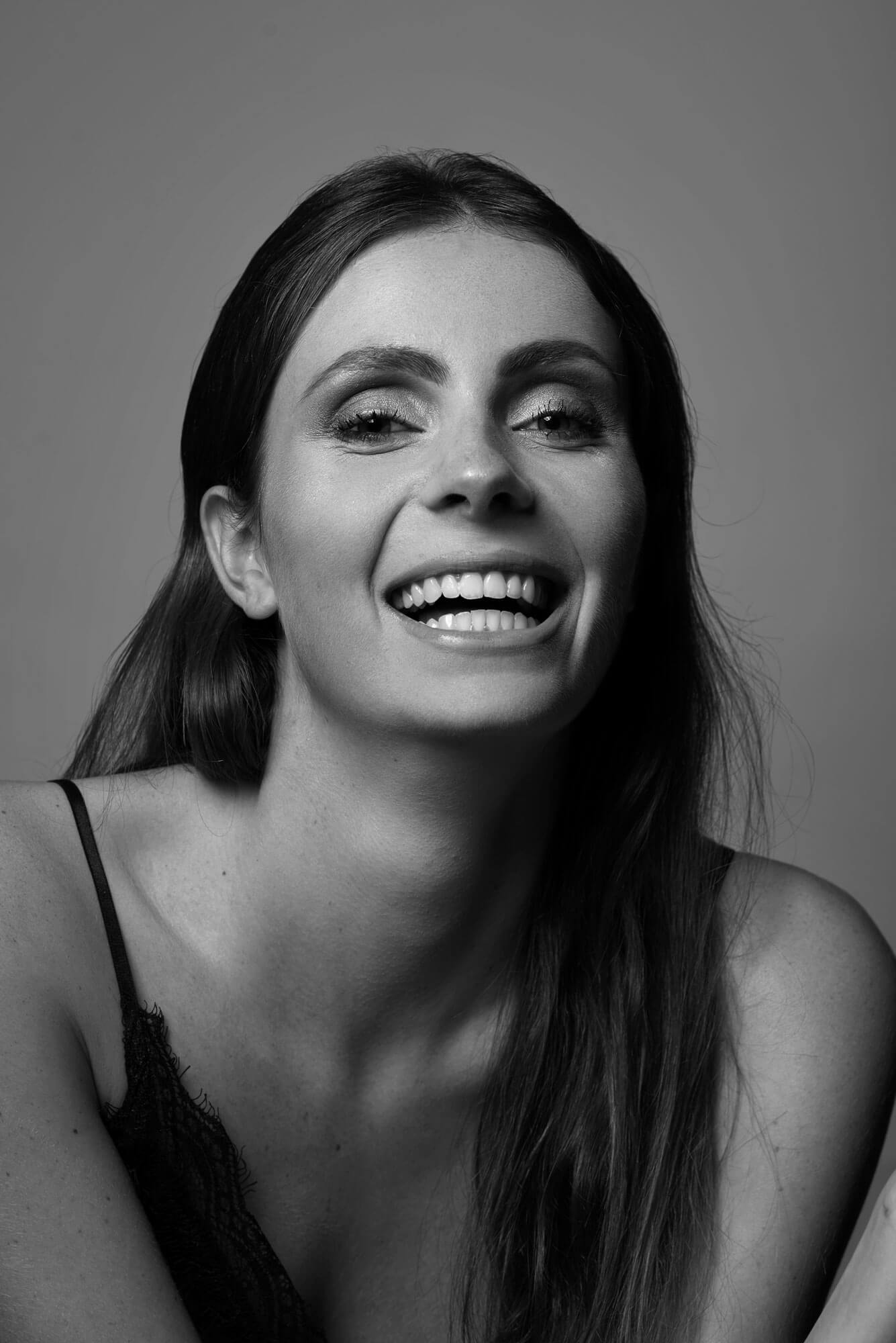 Jasmijn zwart wit portret Lachend