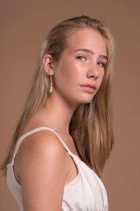 Portret Phyleine zonder make up.