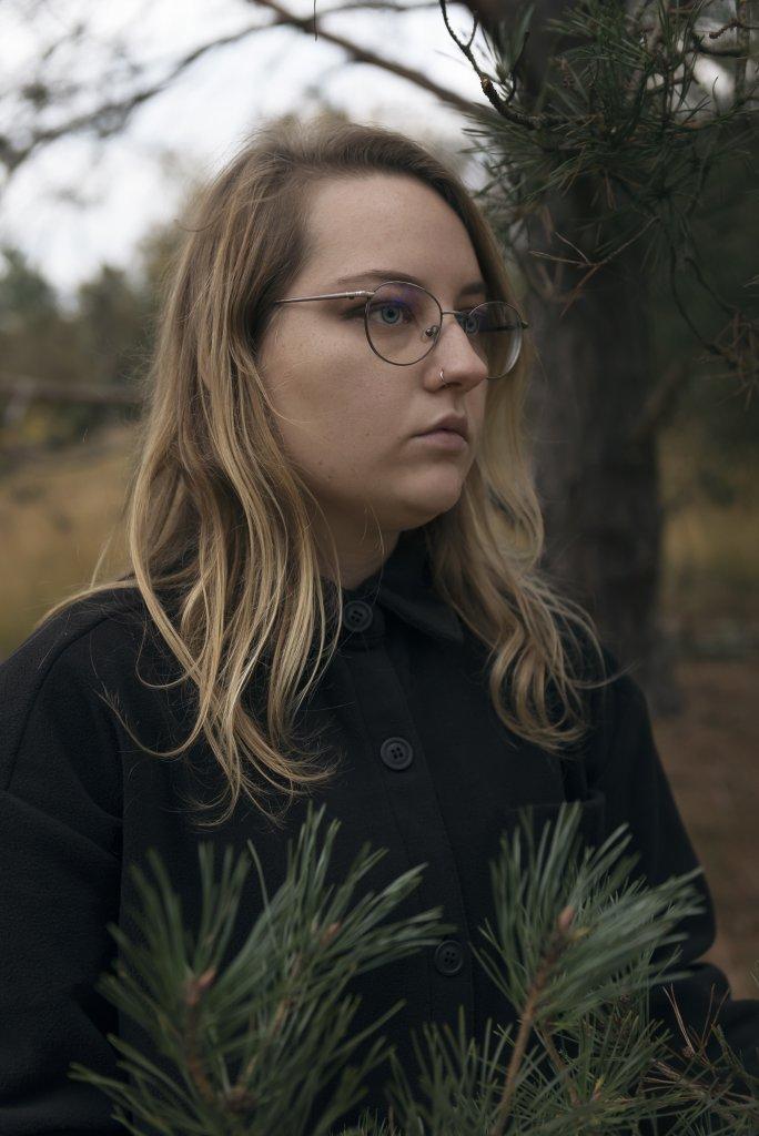 zelfportret Liza buiten natuur